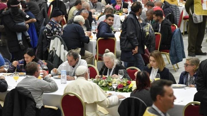 في يومهم العالميّ، البابا فرنسيس تناول الغداء مع نحو 1500 فقير