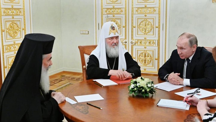 الرئيس بوتين يلتقي البطريرك ثيوفيلوس ويدعم جهوده في حماية العقارات الأرثوذكسية