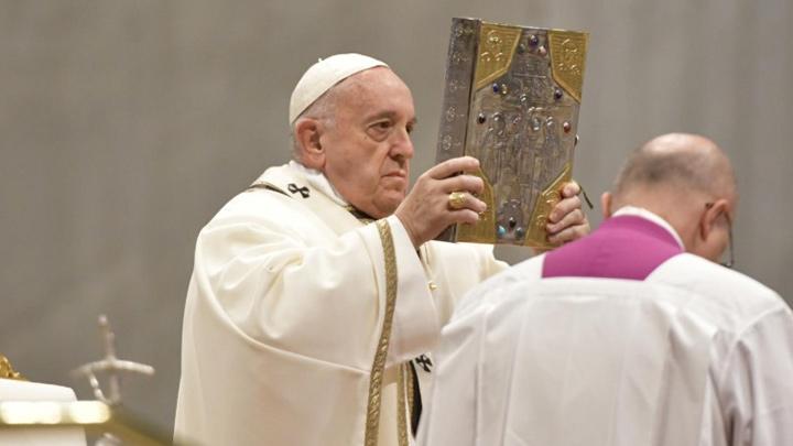 """في """"أحد كلمة الله"""" البابا يسلّم الإنجيل المقدّس لأربعين شخصًا، من هم؟"""
