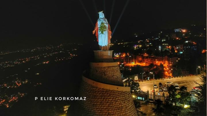 سيّدة لبنان لبست العلم اللّبنانيّ وبشّرت أبناءه