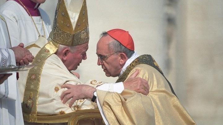 البابا فرنسيس يطلب شفاعة يوحنّا بولس الثّاني