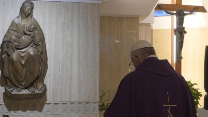 في يوم الخيانة البابا يصلّي لأجل ارتداد المتاجرين بالمحتاجين