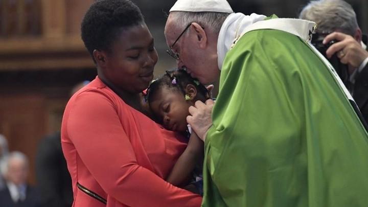 البابا يحيّي شجاعة العاملين مع اللّاجئين