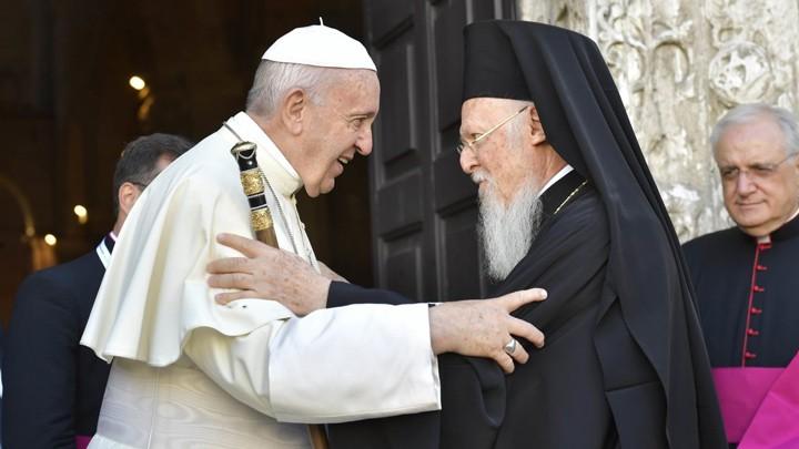 عناق روحيّ بين بابا روما والبطريرك المسكونيّ في عيد بطرس وبولس