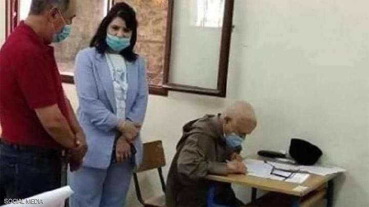 """في 79 عامًا.. مسن مغربي يجتاز امتحان """"البكالوريا"""" رغم كورونا"""