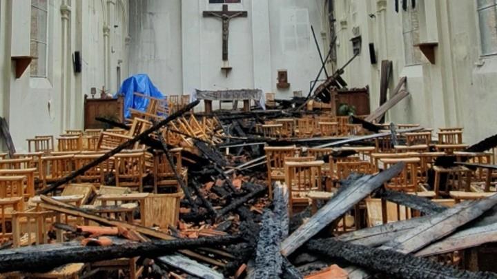 حريق يدمّر كنيسة في فرنسا وينقذ القربان المقدّس