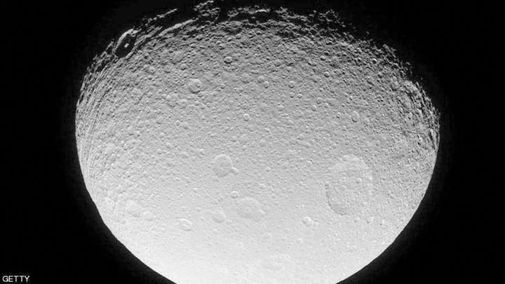 ما سرّ المادة الخضراء على القمر؟.. علماء يحلّون اللّغز