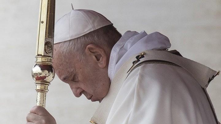 البابا فرنسيس يناجي الإله القدير