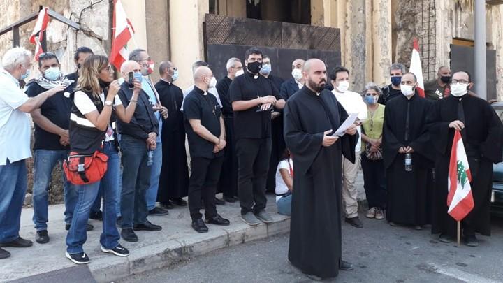 إعتصام مفتوح لكهنة ورهبان وراهبات في ساحة كنيسة مار منصور المهدّمة
