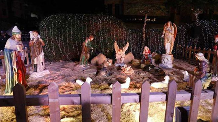 المطران عون يبارك الإثنين مغارة الميلاد في جبيل