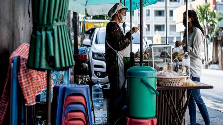 برنامج الأمم المتحدة الإنمائي يحثّ على توفير دخل أساسي مؤقت للنساء الأكثر تضرّرًا من تداعيات فيروس كورونا