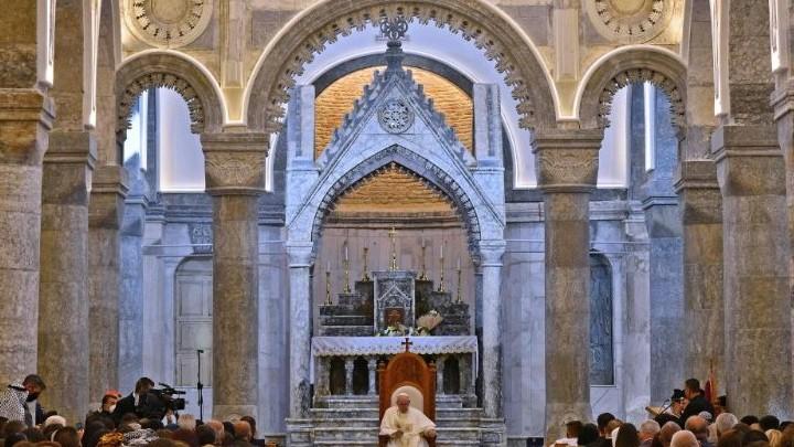 البابا يلتقي الجماعة المسيحيّة في قره قوش ويتلو التّبشير الملائكيّ