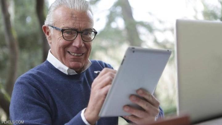 كيف يؤثر الإنترنت على الصّحّة العقليّة لكبار السّن؟.. العلم يجيب