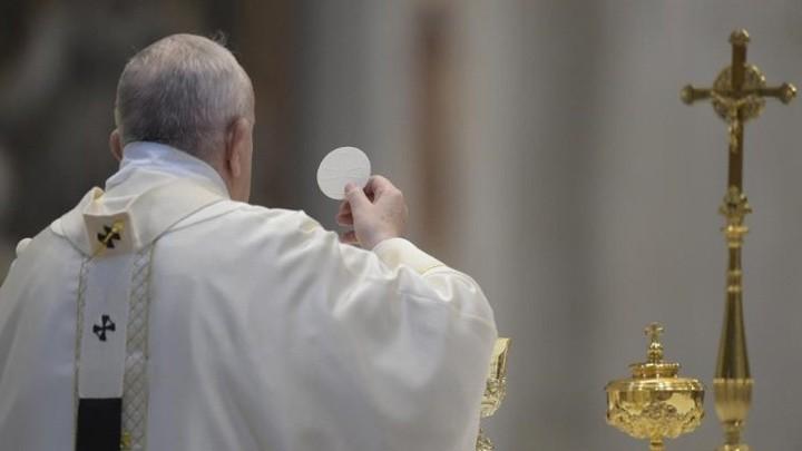 البابا فرنسيس: كي نحتفل بالإفخارستيّا ونعيشها نحن مدعوّون لكي نعيش المحبّة