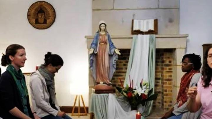 11 ألف مصلٍّ من القارّات الخمس صلّوا من أجل لبنان عشيّة عيد مار شربل