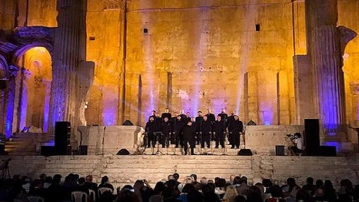 جوقة موسيقية لدير روسي تحيي حفلًا في معبد بعلبك اللبناني