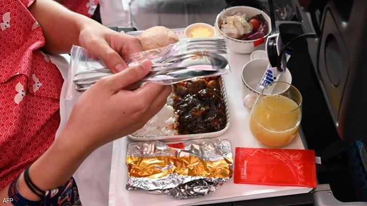 """الطعام على الطائرة.. لماذا لا نشعر بـ""""المذاق الحقيقي""""؟"""